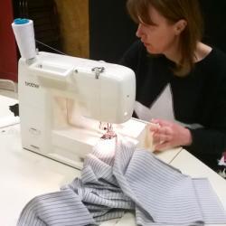 2017 Atelier couture - Nathalie à la machine à coudre