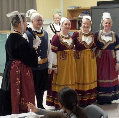 Brunoy presentation des danseuses costume glazik du cercle