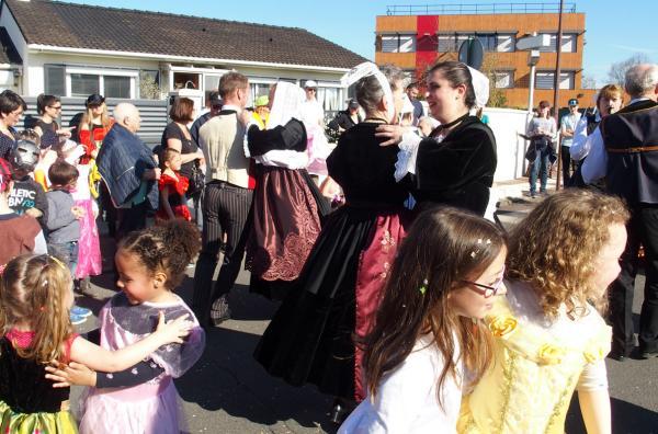 Cercle circassien et enfants dansant