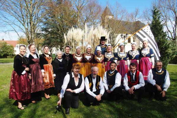Danseurs et musiciens de koroll au plessis pate
