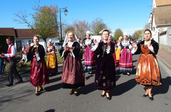 Danseuses de koroll en costumes trad