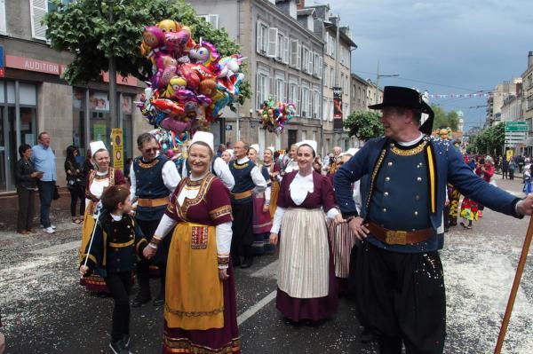 Limoges attente du depart de la cavalcade