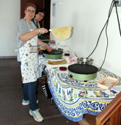N preparation des crepes sandrine et marie helene