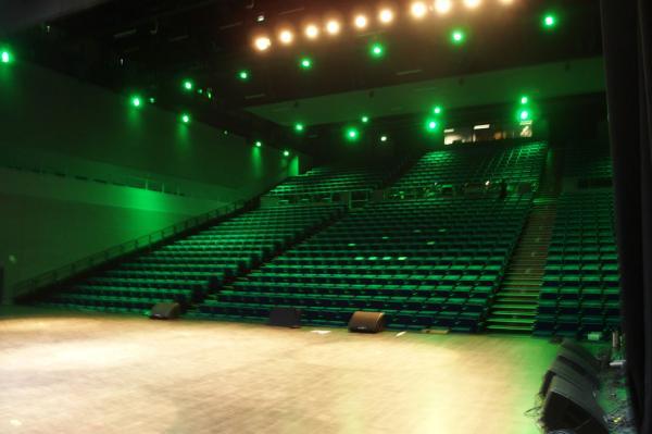 Une immense salle de spectacle